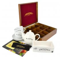 PZ 1 scatola da 12 scomparti + 2 tazzine con piattino Twinings + 1 teiera Twinings + 120 bustine con assortimento di the, tisane e camomille; e mini espositore Twinings
